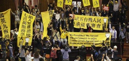 Estudiantes taiwaneses protestando en el Parlamento de Taiwan