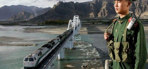 Tren que cruza el puente del río Lhasa