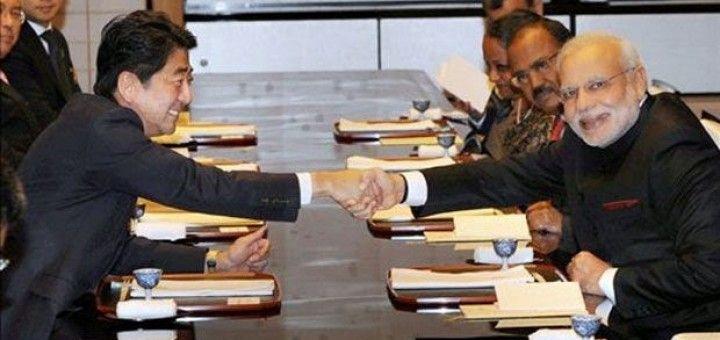 Narendra Modi, (dcha.), junto a Shinzo Abe, (izda.), en su última visita a Japón
