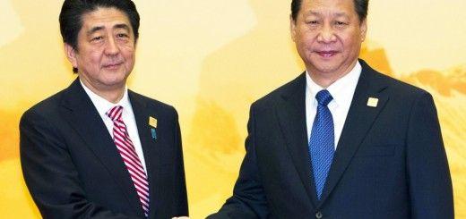Shinzo Abe junto a Xi Jinping durante el Foro de Cooperación Económica Asia-Pacífico (APEC)