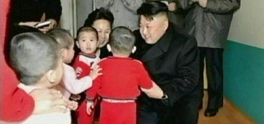 Kim Jong-un visitando un orfanato