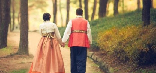 Pareja de coreanos paseando