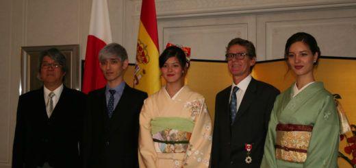 Carlos Domínguez, junto a sus tres hijos, y el embajador de Japón en España
