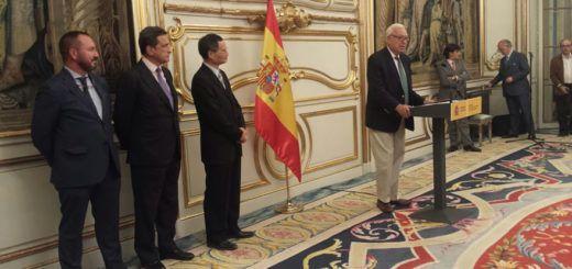 El ministro de Asuntos Exteriores en funciones, José Manuel García-Margallo, dando la bienvenida a los periodistas de ka ASEF