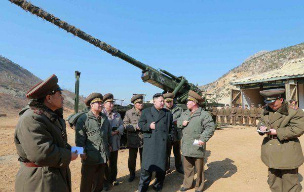 Kim Jong-Un supervisando maniobras militares