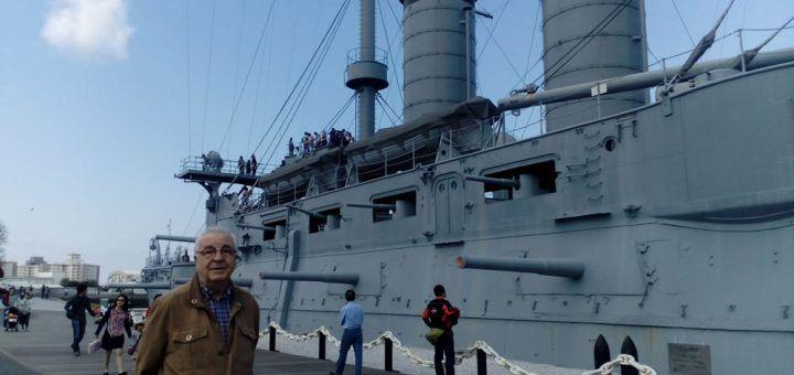 Famoso buque de guerra Mikasa, junto al autor del artículo