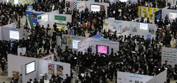 Graduados japoneses asisten a una feria de trabajo en Tokio