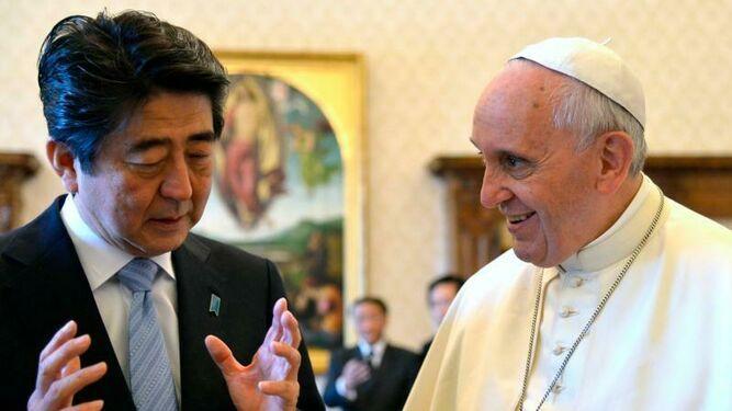 El Papa Francisco y el ministro japones Shinzo Abe